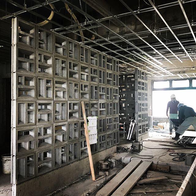 だいぶ見えてきました!お手伝いさせていただいてる恩納村の宿泊施設!カウンターの位置、間仕切り壁が出来てきて、だだっ広い空間が引き締まってきました!検討用に起こしたCGや手書きのパースに負けないように細部ディテール詰めていきます!沖縄も梅雨明け!10階の客室からは、海と空がかなーりいい眺め!完成が楽しみです#laboz  #恩納村 #ホテル #リノベーション #沖縄 #店舗デザイン #店舗設計#夏 #花ブロック #家具デザイン #シャンデリア #オリジナル家具