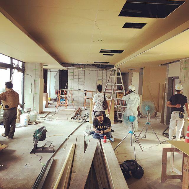 定例会議二週イチの定例会議でした、仕上げの段階で気付く事もありますヽ( ̄д ̄;)綺麗に納まるように監督さんや職人さんと相談したり、持ち帰ってメーカーと相談したり、出来上がりを妄想してモノづくり楽しいです#現場#モノづくり#建築#設計#ホテルデザイン#ホテルレストラン#店舗デザイン#店舗設計#沖縄#リゾート#リゾートホテル#コンドミニアム#laboz
