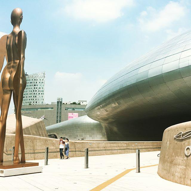 KOREA! 行ってきましたー東大門デザインプラザデカイっすw#デザイン#韓国#東大門デザインプラザ#建築#設計#旅行#店舗デザイン#laboz