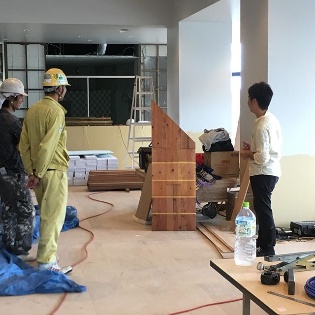 塗装決め 塗装が進んでます、ポイントになるところは目の前で塗ってもらってイメージ空間を想像。。。。。。。。。。。(-᷅_-᷄๑)悩んで、移動して、離れて見て、写真撮ってみて、コレで!!!!(*゚▽゚*)てな感じです。むづいですねwしかし、楽しいですねw#沖縄#建築#ホテル#リゾートホテル#レストラン#設計#店舗デザイン#リノベ#ケンチク#ミセツクル#laboz