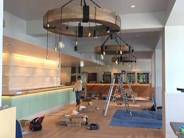 長丁場だった、恩納村の宿泊施設造作家具も設置され、かなーりいい感じ!各職人さんと最終のディディールチェック!皆様、いいもの作ろうと、団結して居ます!もう少し!仕上がりが楽しみです!#ホテルデザイン #宿泊施設 #造作家具 #シャンデリア #店舗デザイン #店舗設計 #沖縄 #リノベ #ケンチク #ミセツクル #LABOZ #モノづくり #恩納村 #造作照明 #海をイメージ #エメラルドグリーン #リゾート #かわいい