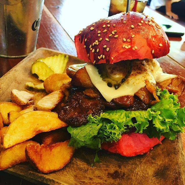 現場からのランチ今日は念願のBONES!!!!!美味いハンバーガーとスモーク効いたバックリブ頂きましたー。広い敷地にカックイイお店、お肉もめっちゃくちゃ美味かったっす!午後も頑張りまっすー。#建築#現場#沖縄#うるま市#ランチ#BONES#肉#設計#店舗デザイン#恩納村ホテル#リノベ#ケンチク#ミセツクル#LABOZ