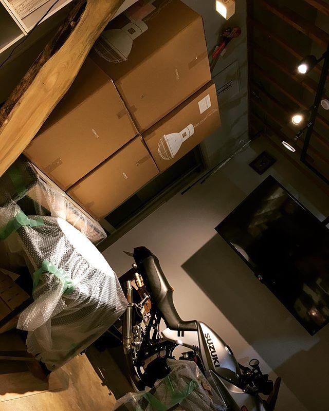 着工へ向けて你好!! 台湾から無事に戻りましたー、久しぶりの事務所は着工へ向けての資材等所狭しです、スズキさんもそのうち見えなくなりそう(笑)#台湾#帰国#クラフトビール #着工#資材#suzuki #沖縄#建築#新築#店舗デザイン#店舗設計#リノベ#ケンチク#ミセツクル#laboz