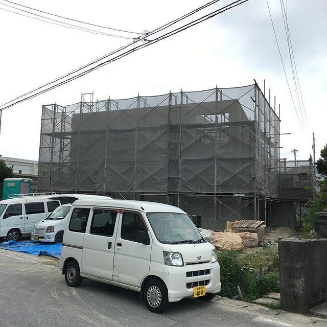 いよいよ内部打設後の養生も終えていよいよ内部工事に取り掛かってます、サッシを取り付けして下地の軽天、床、壁と、進めていきます、そして、現場の楽しみ、美味いもん!!!うるま市といえば、丸一食品の鶏皮といなり寿司( ´ ▽ ` )ウマー、ガンバロー!! #新築工事#建築#住宅#一戸建て#沖縄#うるま市#丸一食品#チキン#鶏皮#いなり寿司#人気#売り切れる#店舗デザイン#店舗設計#リノベ#ケンチク#ミセツクル#laboz